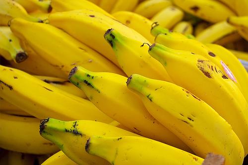 A banana deve ser descascada e esmagada. Coloque uma colher de sopa de suco de limão e congele em uma embalagem hermética. Dura de 2 a 3 meses.