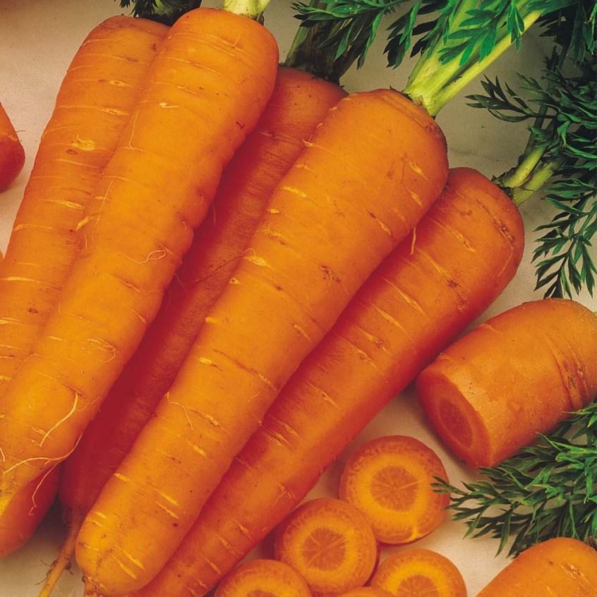 Descasque e pique as cenouras, mergulhe-as por dois minutos em água fria, tire o excesso de água, embale e congele imediatamente. Assim, ela dura até um ano e meio!