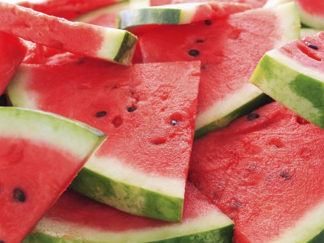Corte e melancia pela metade e retire a casca e as sementes. Guarde em embalagem hermética por até um ano.