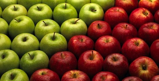 Descasque e corte as maçãs. Mergulhe em uma solução com uma colher de sopa de ácido ascórbico para cada seis colheres de água. Guarde em uma embalagem hermética por até um ano.