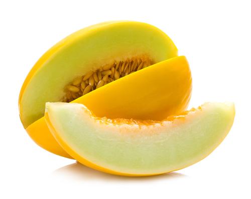 Tire a casca e as sementes do melão, sorte em pedaços e guarde em embalagem hermética por até um ano.