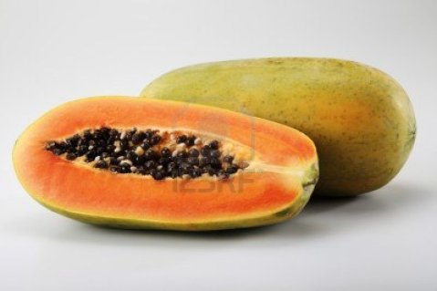 Retire a casca e as sementes o mamão, corte-o e guarde em embalagem hermética por até um ano.