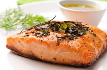 Guarde o salmão assado em uma embalagem bem vedada. Dura até 3 meses.