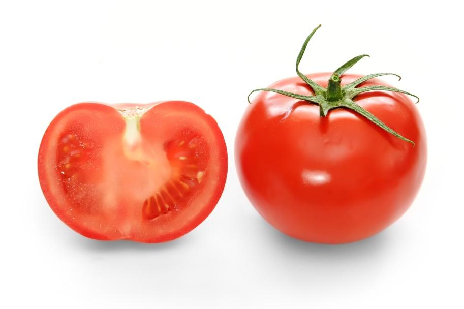 Lave os tomates e seque-os bem. Retire a pele, corte em pedaços e guarde-os em embalagem hermética por até dois meses.
